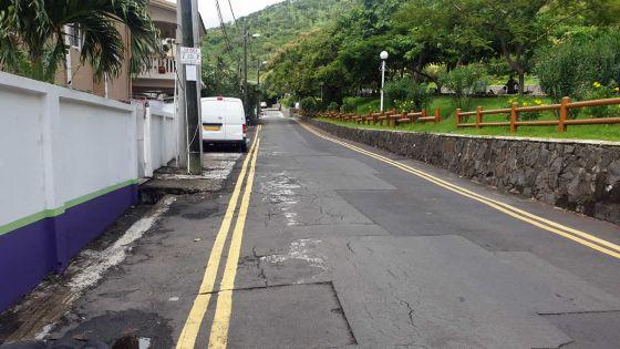 À Port-Louis : parking sauvage près de la Montagnedes Signaux