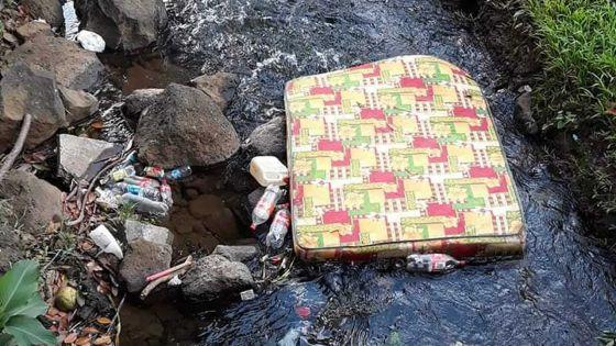 Buzz : un matelas abandonné dans une rivière
