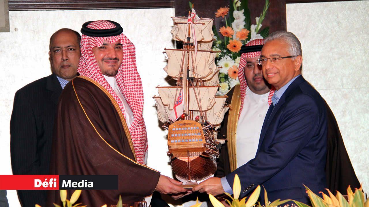 Le prince Abdulaziz Bin Saud Bin Naif Bin Abdulaziz Al Saud et le Premier ministre mauricien Pravind Jugnauth.